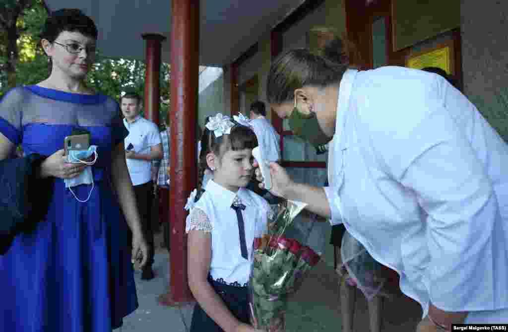 Школярці вимірюють температуру тіла в перший день занять у Костянтинівській школі в Севастополі. Окупований Росією український Крим