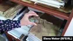 Найденный в местах бывшего Карлага заржавевший курок от ружья. Музей в Долинке. 31 мая 2016 года