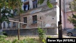 Дом №19 по улице Дзигунского украшает надпись «СССР»