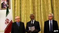 Former UN chief Kofi Annan (center), former Finnish President Martti Ahtisaari (left), and former Mexican President Ernesto Zedillo read a statement to the press in Tehran on January 27.
