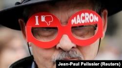 """Французский избиратель в очках с надписью """"Я не люблю Макрона"""""""
