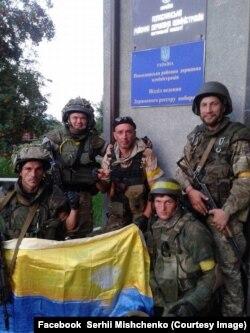 Бійці батальйону «Донбас» у Попасній Луганської області. Україна, 22 липня 2014 року. Сергій Міщенко стоїть крайній праворуч