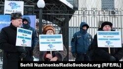 Aktsiya iştirakçileri Kyivdeki Rusiye elçihanesiniñ orası ögünde