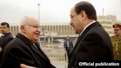 المالكي يستقبل العطري في مطار بغداد