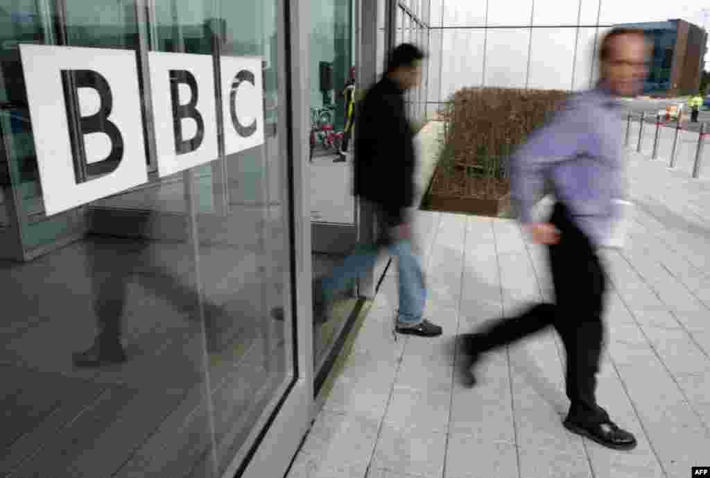 ВЕЛИКА БРИТАНИЈА - Британската комисија за родова рамноправност и човекови права започна истрага за тоа дали британската медиумска мрежа Би-Би-Си го прекршила законот со тоа што за истата работа жените ги плаќала помалку од мажите. Под сомневање за претходните исплати на плати, Комисијата објави дека ги разгледува жалбите на жените во таа медиумска мрежа за тоа дали биле платени помалку од колегите.