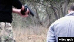 """ИМ жариялаған """"қазақ баланың ФСБ жансыздарын атып, жазалаған"""" видеосынан алынған скриншот. 2015 жылдың қаңтары."""