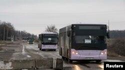 Дебальцево қаласына тұрғындарды эвакуациялау үшін кетіп бара жатқан бос автобустар. Украина, 6 ақпан 2015 жыл.