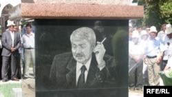 Дооронбек Садырбаевдин Ала-Арча көрүстөнүндөгү эстелиги, 2009-жылдын 30-майы.