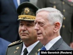 Министры обороны Украины и США Степан Полторак (слева) и Джеймс Мэттис