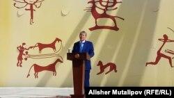 7 ноябрь куни нишонланадиган байрам номини ўзгартиришни президент Алмазбек Атамбаев таклиф қилган эди.