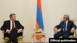 Armenia - President Serzh Sarkisian (R) meets with EU Enlargement Commissioner Stefan Fuele in Yerevan, 10Jul2013.