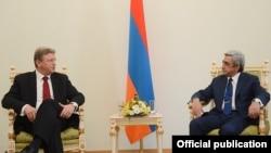 Armenia - President Serzh Sarkisian (R) meets with EU Enlargement Commissioner Stefan Fuele in Yerevan, 10Jul2013.