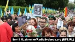 Фото командира УПА Романа Шухевича під час ходи учасників «Безсмертного полку»