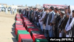 Погреб на дел од жртвите на нападот на талибанците.
