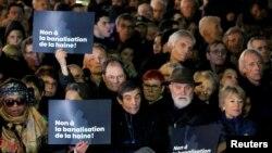 """Участници в шествиети държат плакати с надпис """"Не на нормализирането на омразата""""."""