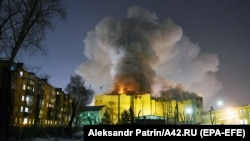 Smoke rises above the multistory shopping center in the Siberian city of Kemerovo on March 25.
