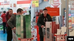 People in Moscow buy household appliances to take advantage of suddenly low prices on December 17.