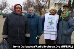 Ольга Сулеина с пенсионерами села Степановка