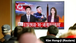 Люди дивляться новини про запуск ракети Північною Корею. Сеул, 29 листопада 2017 року