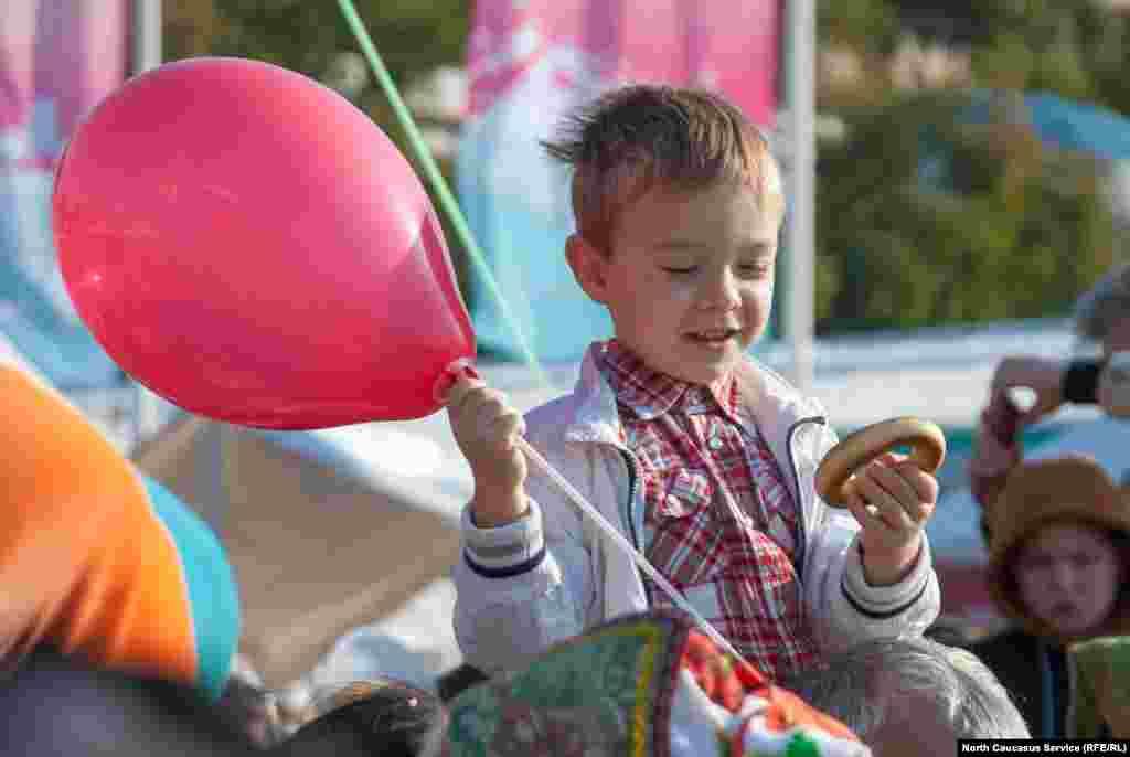 На улице Навагинская работала выставка-ярмарка мастеров прикладного искусства, подготовлены точки активности для детей и их родителей на Площади флага и у олимпийских символов