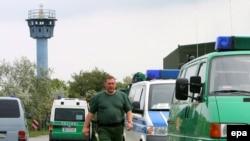 پليس آلمان هنگامی که هوايپمای فوکر قصد بلند شدن از باند فرودگاه را داشت، به داخل هوايپما ريخت. (عکس: epa)