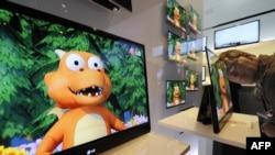 Відвідувач перевіряє товщину (трохи більше 3 мм) 15-ти дюймового телевізора на стенді південнокорейського гіганта електроніки LG на виставці IFA у Берліні, 4 вересня 2009 року.