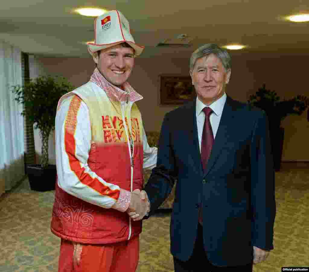 Президент Кыргызстана Алмазбек Атамбаев и Дмитрий Трелевский. Он представлял Кыргызстан на XXII Олимпийских зимних играх в городе Сочи.