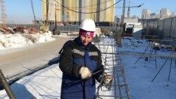 Арматурщица Малика Искакова на строительном объекте. Астана, 3 марта 2018 года.