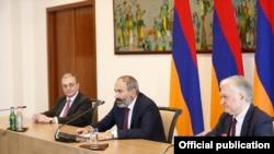 Nikol Pașinian îl introduce pe noul ministru de externe Zohrab Mnatsakanian
