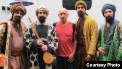 بن کینگزلی به همراه گروه موسیقی امیرعباس زارع