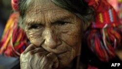 Мария Мендоза Агустин, чьи родственники стали жертвами гражданской войны в Гватемале, ждет эксгумации их тел, похороненных в братской могиле. Агуа, Гватемала, 30 сентября 2010 года.