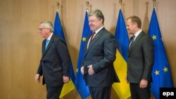 Претседателот на Европската комисија Жан-Клод Јункер, украинскиот претседател Петро Порошенко и претседателот на Европскиот совет Доналд Туск
