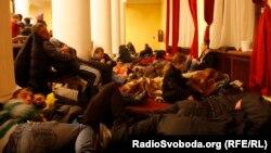 Мітингувальники відпочивають у приміщенні КМДА, Київ, 2 грудня 2013 року