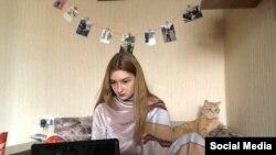 Ілюстративне фото: Анна, студентка Київського національного лінгвістичного університету, та її кіт Себастьян навчаються дистанційно. Київ, 17 квітня 2020