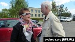 Марына Адамовіч і Алесь Бяляцкі каля шклоўскай калёніі