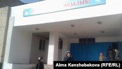 Қызылорда облысы Жаңақорған селосындағы мектеп алдында тұрған балалар. 29 қараша 2015 жыл.