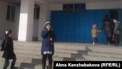 Жаңақорған ауданындағы ауылдардың бірінің мектебі алдында тұрған балалар. (Көрнекі сурет)