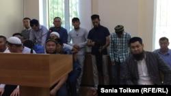 Оралман Исрафил Баги (крайний справа на переднем плане) на процессе по иску к миграционной службе Мангистауской области. Актау, 29 июня 2017 года.