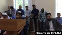 Исрафил Баги (справа) на суде в Актау. 29 июня 2017 года.