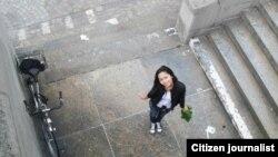 Девушка у крыльца. Снимок прислан пользователем Ляззат Рамазановой. Иллюстративное фото.