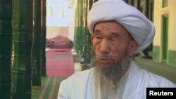 Имам Джума Тахи дает интервью перед мечетью в Кашгаре незадолго до убийства.