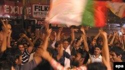 شادی مردم پاکستان پس از اعلام نتایج اولیه انتخابات پارلمانی در پاکستان (عکس: EPA)