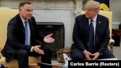 Donald Trump (sağda) Andrzej Dudanı Ağ Evdə qəbul edib