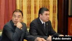 Ovezgeldy Atayev (left) and President Berdymukhammedov in Ashgabat (file photo)