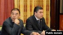 Ovezgeldy Atayev (left) and President Berdymukhammedov in Ashgabat (file photo)