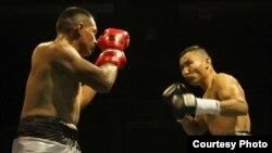 Қанат Ислам (оң жақта) мен Фидель Монтеррос Муньоспен кездесуі. Колумбия, 7 тамыз 2014 жыл. Сурет боксшының жеке мұрағатынан алынды.