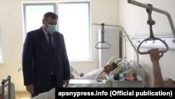 Министр здравоохранения Абхазии Эдуард Бутба навестил потерпевших в больнице