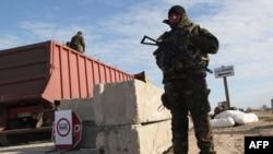 Український блокпост поблизу села Стрілкового на Херсонщині на адміністративному кордоні з Кримом, архівне фото, березень 2014 року
