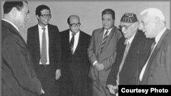 الرئيس المصري محمد حسني مبارك يستقبل الجواهري الكبير مع جمع من المثقفين المصريين البارزين في القاهرة عام 1992
