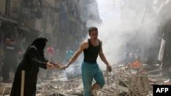 Руины после авианалета в Алеппо, 28 апреля 2016 года.